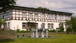 Deutsches Haus Munster mit Niedersachsenbrunnen am Friedrich-Heinrich-Platz